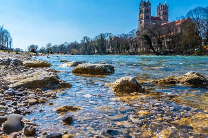 Ufer der Isar in München